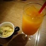 ブランカフェ - お通しのマカロニサラダとカクテル