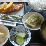 はしもと - 朝食(ご飯、味噌汁、卵焼き、焼鮭、冷奴、漬物、海苔、バナナ)