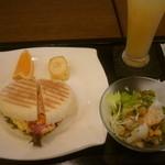 ヴェルデュール・カフェ - パニーニチーズオムレツ風(モーニング)、アップルジュース