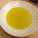 30401336 - オリーブオイルをパンにベショベショ付けて食ひたひ。。。