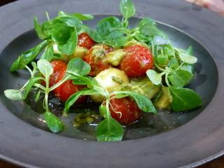 ザ タヴァン グリル&ラウンジ - ランチコースの前菜 ローストチェリートマトとウズラの卵 アボカド マーシュレタスのサラダ