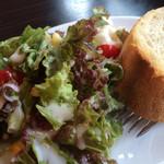 イタリア食堂ポルコ - ランチのサラダとパン