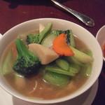 30413325 - 五目野菜スープそば(1400円)2人で1つを頼んだら、店員さんが一杯のラーメンを2人分に取り分けてくれました