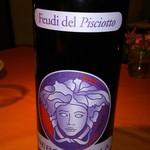 30420252 - 南イタリア産ワインの品揃えが豊富。このワインはヴェルサーチがラベルをデザインした赤ワインでブドウはネロダーヴォラ。樽熟成で、旨い。