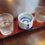 30422622 - 370円で、本醸造辛口、純米酒、純米吟醸が55mlずつ飲むことができます。3杯で165ml、8勺ぐらいです。
