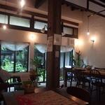 カミーノ - テーブル席。奥の窓からは美しい中庭が見られて雰囲気抜群