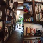 カミーノ - 本棚に本が多く、旅行紀や子供向けの絵本などが多いです。右下:スマホを専用のスピーカーにつなげて店内にジャズを流しています