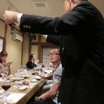 蛍雪の宿 尚文 - ワインの説明をしています