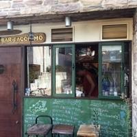バール タッチョモ - 開放的な窓のあるキッチン