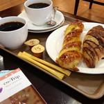 30443665 - ドリンクにパン2個 490円 (これより2014.09〜)
