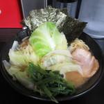 黒一番 - 醤油豚骨ラーメン(麺固め、きゃべつトッピング)