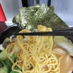黒一番 - 醤油豚骨ラーメン麺固めリフトアップ