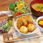 キラキラキャッチン - ランチで人気の黒米玄米ライスバーガーのセット。お味噌汁とおかずもついて満腹満足!980円