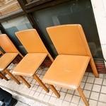 らーめん香澄 - 屋外に皮の椅子は駄目でしょう?(皮が割れちゃってるし・・・)