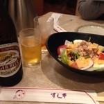 和食鍋処 すし半 - しゃぶしゃぶ&一品食べ放題のプレミアムコース(3,218円)を注文。まずはビンビール(中)(572円)にプレミアムコースに含まれているサラダ。