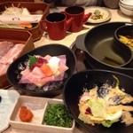 和食鍋処 すし半 - まずはしゃぶしゃぶのお肉と野菜のセットがきます。造り盛合せもプレミアムコースに含み食べ放題。