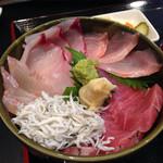 丼兵衛 - 5色丼(中トロ、金目、イシナギ、釜しらす、平目)