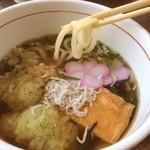 30458875 - 蛸天うどん。青海苔入りの衣の蛸の天ぷらと甘辛く煮た油揚げに載ったシラス。うどんはコシがあって結構美味しいです。