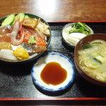 瀬里奈 - 海鮮丼 1,480円 刺身醤油が浸いた状態で出てきます