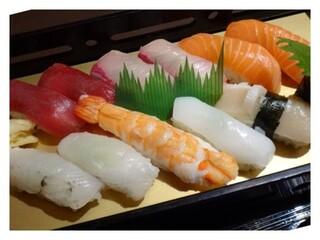鮨隆 - にぎりは見た目がきれいですね。 このお値段ですから高級なネタではないですが、どれも新鮮で美味しいそうです。