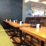 Sutefore - 機能的にテーブルが並ぶ店内