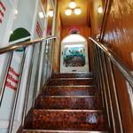 アムール - この階段を上がって2階です