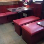 伊勢屋本店 - 2014.09.03 テーブル席はほぼ予約で埋まっています。 椅子の中に荷物を置けます。