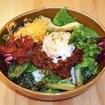 ソリッド・アンド・リキッド - 豆と雑穀の温玉タコライス