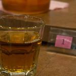湖陽樹 - テーブルの上にはお代わり自由のウーロン茶