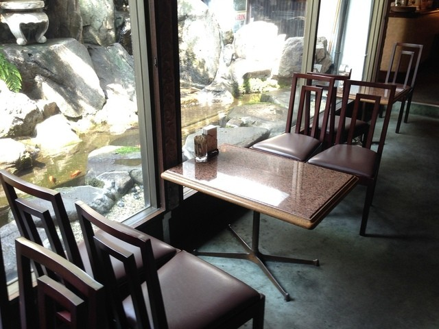南海グリル 中店 - 地下1階の喫茶室、外には金魚が泳ぐ日本庭園