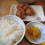 麺屋 極み - ランチタイム限定のお得なセットメニュー。 副菜に唐揚げか餃子を選べる白飯セットです。 今回は唐揚げセット750円にしました。