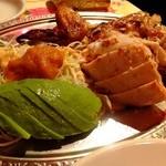 墨国回転鶏料理 - 墨国回転鶏 半羽918円+アボガドトッピング:129円