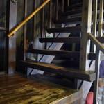 蔵元ごはん&カフェ 酒蔵 櫂 - この階段を上って2Fへ