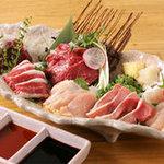 九州居酒屋 一丁目一番地 - 「刺身六点盛り」は馬と鶏のコラボ!
