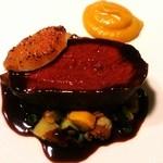 マンサルヴァ - 夏エゾ鹿ロースのアロスト 黒胡椒を利かせた赤ワインのサルサ 白皮南瓜のピュレと無花果添え