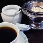 アムール - 食後のコーヒーはホイップクリーム付き