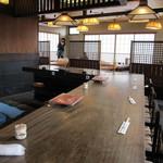 活魚小松 - カウンター席と、奥に小上がり席。