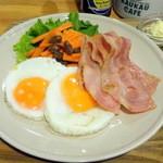カウカウ カフェ - 目玉焼き、ベーコン、キャロットラペ