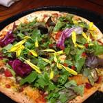 30486030 - 野菜ピザは野菜たっぷりで一見ヘルシーに見えるけど、ベースのソースが美味しくて食べ応えあり。また食べたい!!