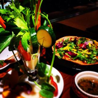 野菜家さい - 野菜ピザと 目でも楽しめるバーニャカウダパフェ