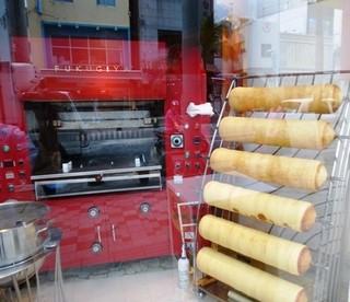 ふくぎや 国際通り店 - 通りに面した作業場