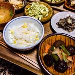FRANK暮らしの道具 - 肉団子酢豚風、ブロッコリーのサラダ、コーン入りご飯など、どれも家庭的なおばんざいという感じです。