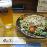 和 dining 清乃 - 生ビールとしらすサラダ(ハーフ)