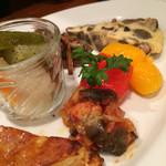 トラットリア バール ミラノ ドゥーエ - 前菜5種盛。 ピーマンのアグロドルチェ、フルーツと間違ってしまいそうになるほどでした。