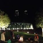 北海道バル - 「ザ タワー」の庭ではたき火が、奥には「リゾナーレ」