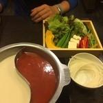 鍋ぞう - 半分は限定のトマトキムチスープ★半分はコラーゲン豆乳スープ★