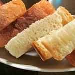 30522539 - お通しのパン。食べ放題