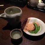 熟成焼鳥 居酒屋 かまどか - 付きだしと日本酒