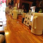 ラーメン かい - カウンター席。 店の一番奥にあるテーブル席。