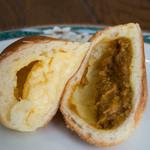 エイトノットベーカリー - 1)クリームパン(2)カレーパンの中身